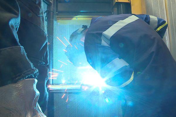 La métallurgie recrute (ici une opération de soudage) en Saône-et-Loire