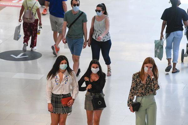 """Selon les psychologues """"les masques brouillent la communication""""."""