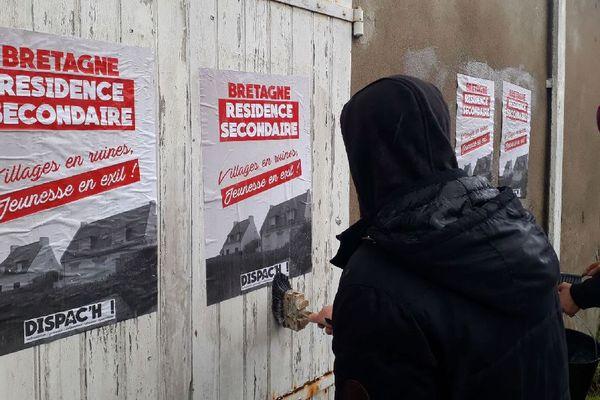La campagne de collage d'affiches contre les résidences secondaires du collectif Dispac'h