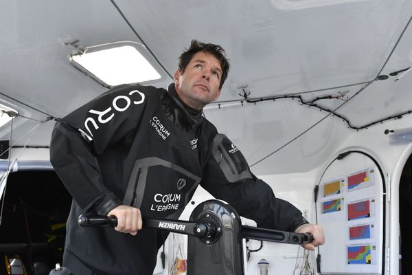 Nicolas Troussel à bord de son Imoca qui a démâté au large du Cap-Vert au 8ème jour de course du Vendée Globe