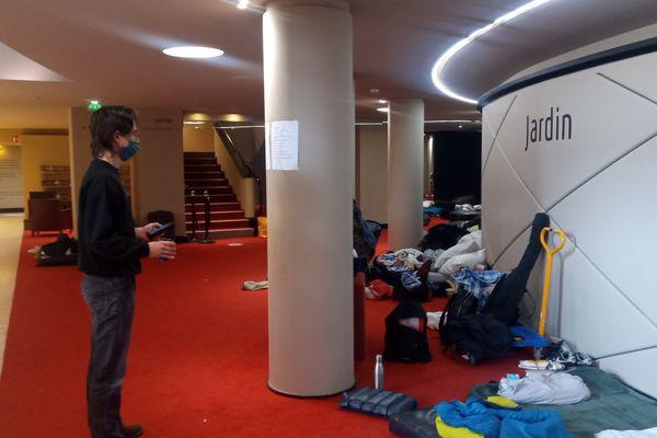 """Côté jardin, les sacs de couchage ont été disposés pour """"habiter"""" le TNS jusqu'à la réouverture des théâtres"""