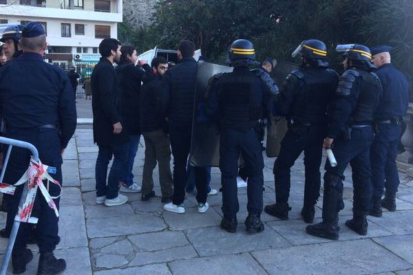"""30/11/16 - Le collectif """"Ghjustizia è verità per i nostri"""" a tenté d'occuper le palais de justice de Bastia"""