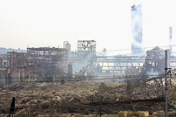 Le 21 septembre 2001, les restes encore fumants de l'usine chimique d'AZF. La catastrophe a fait 31 morts et des milliers de blessés.