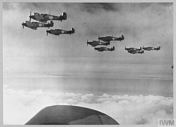 Une formation d'Hurricane du 85 Squadron en octobre 1940.