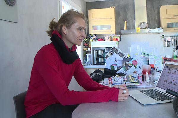 Frédérique cherche en vain un vélo électrique à prix accessible pour ses revenus, même sur Internet.