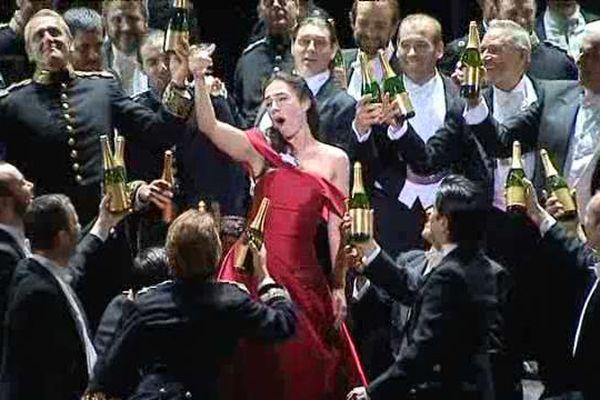 La soprano Emonela Jaho dans la Traviata aux Chorégies d'Orange.