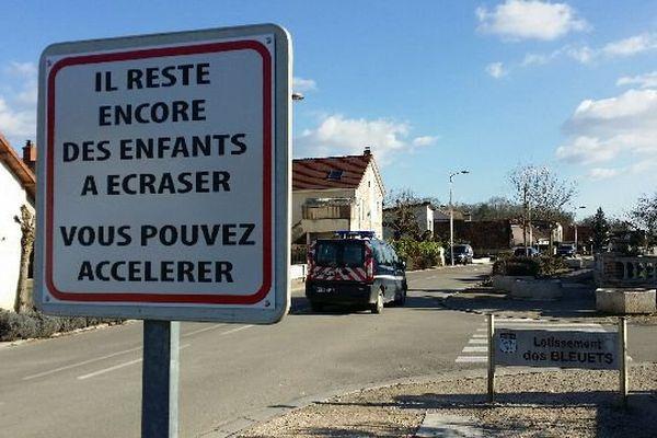 La commune de Bretenière, en Côte-d'Or, veut frapper les esprits pour tenter de faire ralentir les automobilistes.