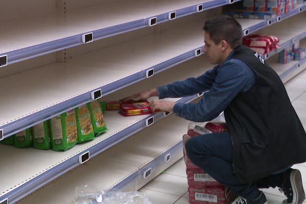 Des rayons quasi vides au supermarché Leclerc de Templeuve