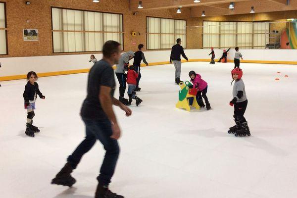 Plus de 200 personnes viennent glisser chaque jour sur la patinoire de Lantriac en Haute-Loire pendant les vacances.