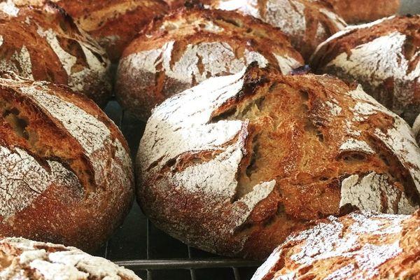 Dans son fournil à Aigremont, Emmanuel Croteau fait deux fournées de pain au levain par semaine.