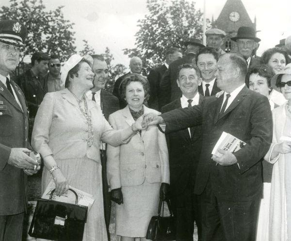 John Steele en 1964 à Sainte-Mère-Eglise avec un exemplaire du livre Le Jour le plus Long dont s'inspire le film éponyme sorti en 1962.