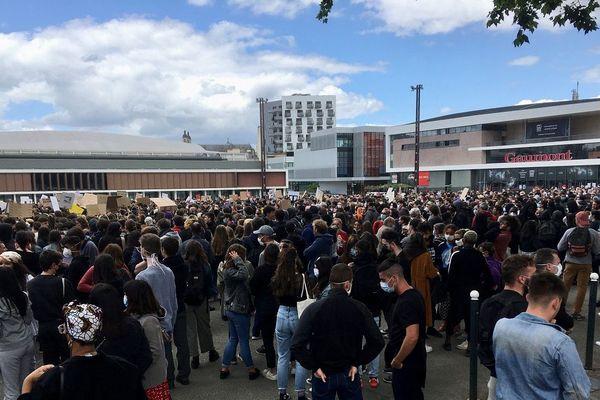 L'esplanade Charles de Gaulle à Rennes, pendant le rassemblement contre les violences policières et le racisme