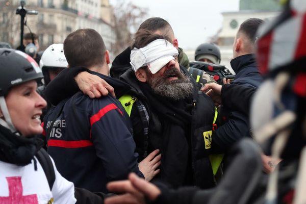 Jérôme Rodrigues, l'une des figures des gilets jaunes, a été évacué après une grave blessure à l'œil, ce samedi 26 janvier à Paris.