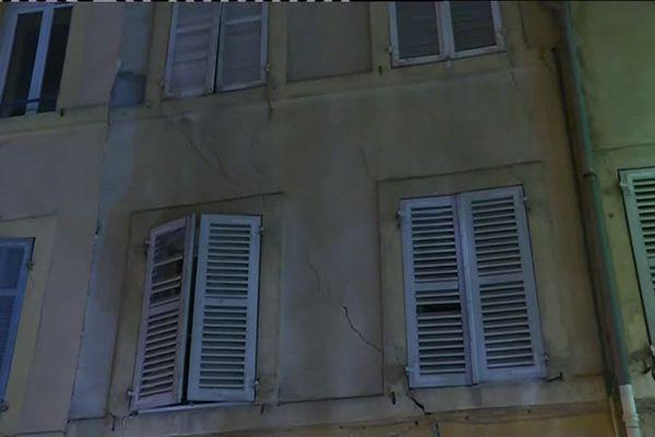 Des fissures en façade d'un immeuble du cours Sextius à Aix-en-Provence.