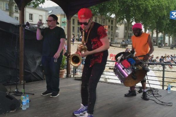 Too Many Zooz à la Sardine à Orléans le 11 juin 2015. De gauche à droite : Matt Doe à la trompette, Leo P au saxophone baryton et King Of Sludges aux percussions.