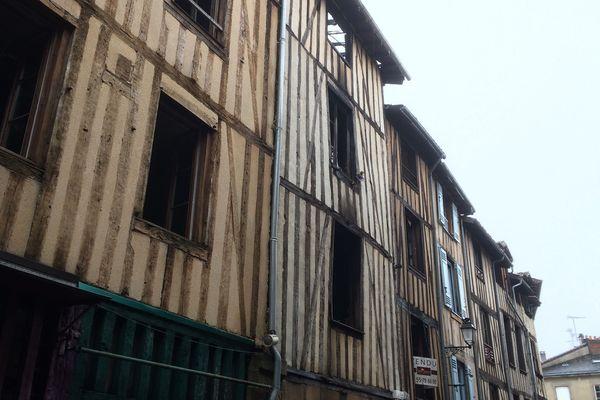 Plusieurs maisons, principalement celle avec la façade blanche, menacent de s'effondrer rue de la Boucherie, après l'important incendie du samedi 17 février.