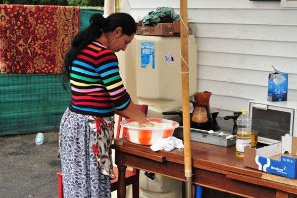 Les enfants d'Anita sont à l'école, son mari travaille dans le BTP, sous le petit auvent, elle pétrit sa pâte à pain. Indre le 30 septembre 2009