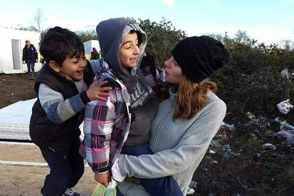 Marion (bénévole d'UTOPIA 56) : un peu de chaleur et de réconfort pour les enfants réfugiés.