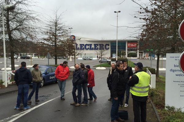 Le parking du centre Leclerc de Vannes est vide