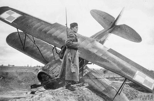 Un soldat soviétique devant un chasseur polonais PWS-26 abattu à Równe, à l'est de Varsovie, le 18 septembre 1939.