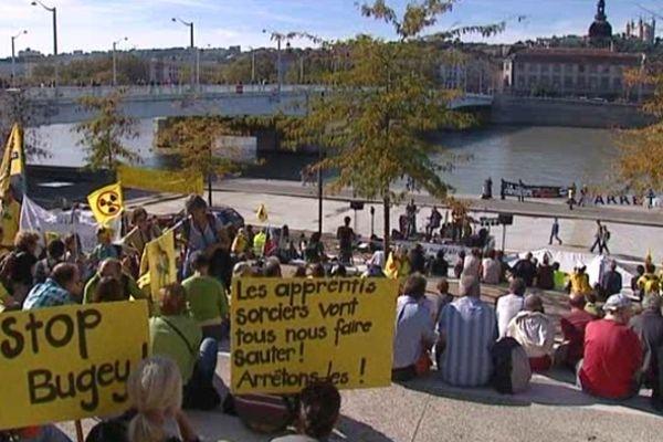 """Un rassemblement à Lyon, sur les gradins du pont de la Guillotière, a clôturé une """"marche des réfugiés du nucléaire""""  - 13/10/12"""