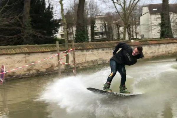 Des riders pratiquent le wakeboard dans les rues de Rueil-Malmaison, dans les Hauts-de-Seine.
