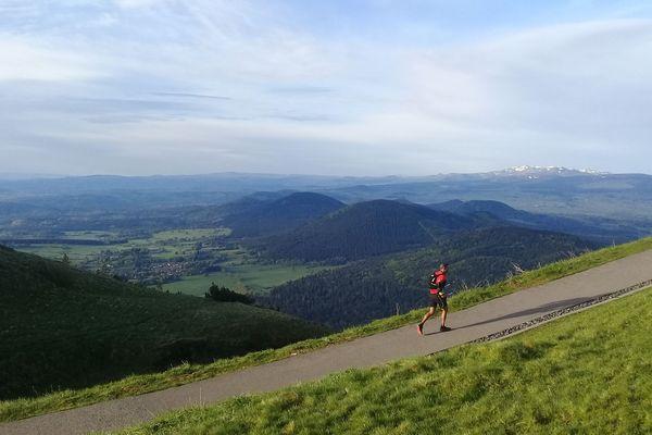 Un coureur de la 2e édition du trail de la Volvic Volcanic Experience, samedi 12 mai 2018.