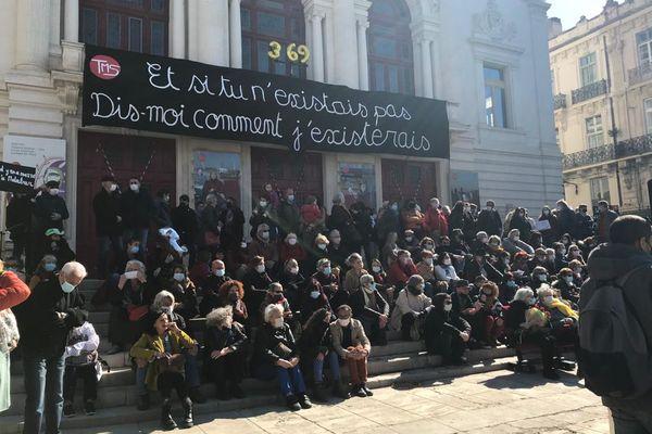 Deux cents personnes attendent symboliquement la réouverture du Théâtre Molière de Sète.