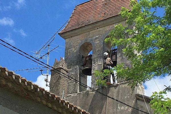 Villesèque (Lot) - la cloche de l'église du bourg de Trébaix retrouve son clocher, elle a été fondue en 1604 - 7 juin 2021.