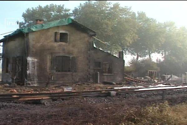 La maison du gardien du passage à niveau a été aussi percuté par le camion-citerne et a pris feu.