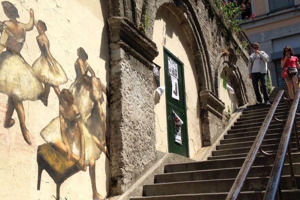 Les Danseuses de Degas pirouettent dans une montée des Pentes de la Croix-Rousse.