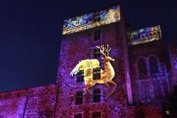 Fiat lux ! Que la lumière soit : à Moulins, dans l'Allier, jusqu'au mois de septembre la ville s'illumine une fois la nuit tombée. Des spectacles sont projetés sur les façades de 6 monuments emblématiques de la cité bourbonnaise.