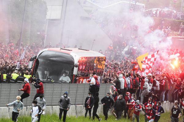 Des milliers de supporters lillois se sont rassemblés pour saluer les Dogues avant la rencontre face à Saint-Étienne.