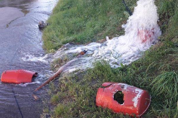 Le véhicule qui a endommagé les poteaux téléphoniques a aussi éventré une borne d'incendie