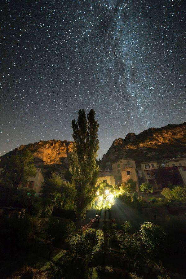 Le village de Gars, photographié sous un ciel étoilé.