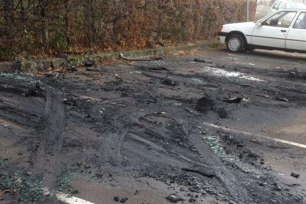 Plusieurs véhicules ont été incendiés sur un parking