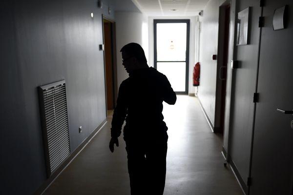 Un adulte handicapé autiste dans un couloir d'un  Foyer d'Accueil Médicalisé