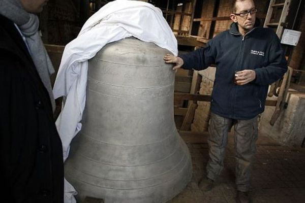 """Stéphane Mouton, directeur de production de la fonderie, présente la cloche nommée """"Denis"""""""