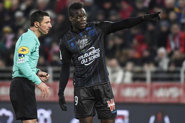 Mario Balotelli fait part à l'arbitre des problèmes de racisme qu'il a rencontrés durant le match, à Dijon, le 10 février 2018