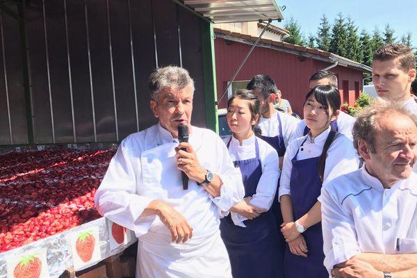 Régis Marcon et une trentaine de bénévoles se sont attelés depuis lundi 17 juillet pour préparer une tarte aux fruits rouges géante à Saint-Bonnet-le-Froid