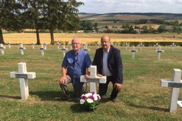 Jean-Pierre Wyman et l'historien Christophe Grudler sur le lieu de la tombe du grand père de Jean-Pierre, au cimetière de Chattancourt, près de Verdun