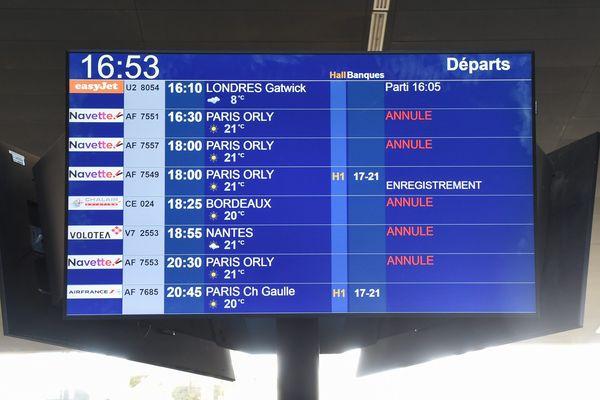 Ce panneau des départs à l'aéroport de Montpellier-Méditerranée, avec de nombreux vols annulés en début de pandémie du Covid-19, va à nouveau retrouver peu à peu au fil du mois de juin des vols à annoncer grâce aux reprises progressives des compagnies aériennes.