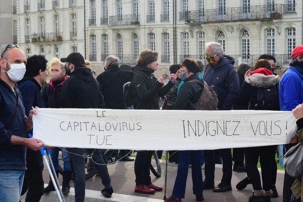 A Nantes 300 personnes se sont réunies devant le CHU.