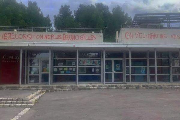 Bruno Gilles (LR), candidat à la mairie de Marseille, dénonce des tags d'intimidation, sur la façade du centre municipal d'animation Beausoleil.