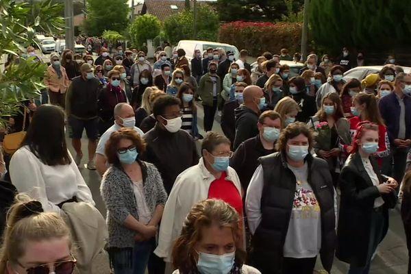 Jusqu'à 500 personnes se sont rassemblées et recueillies en hommage à Chahinez