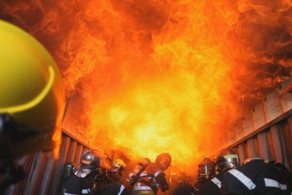 Les pompiers s'entraînent régulièrement pour maintenir leurs acquis, comme lors de cette formation incendie à Creil.