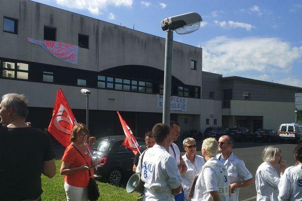 Après l'échec d'une discussion entre la direction et les syndicats, ambulanciers et infirmiers du SMUR du CHU de Clermont-Ferrand sont entrés en grève depuis jeudi 21 juin. Ils dénoncent un manque de personnel et une dégradation des conditions de travail.