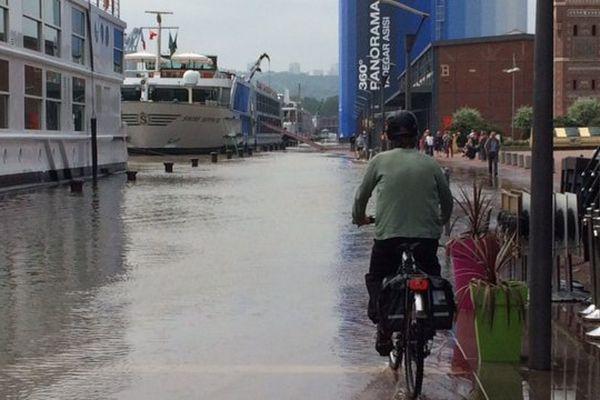 Les quais rive droite partiellement submergés ce dimanche après-midi.
