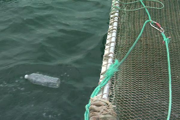 L'Itsas Belara ramasse une bouteille de plastique dans ses filets.