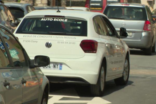 Il y a embouteillage pour passer le permis de conduire, conséquence d'une réduction du nombre d'inspecteurs.